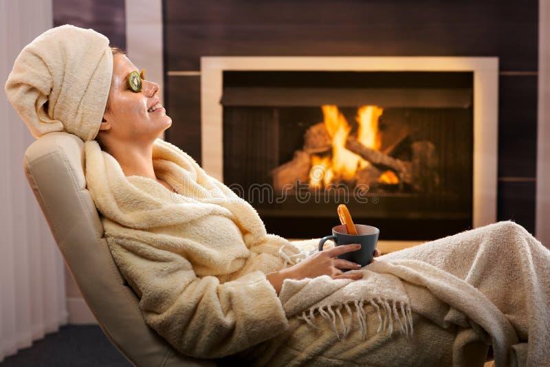 Relajación del invierno con el paquete y el té de cara foto de archivo libre de regalías