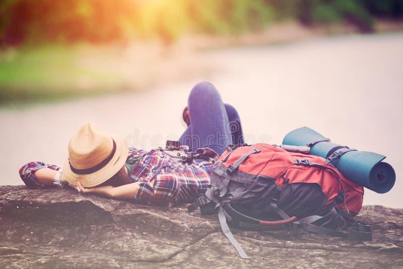 Relajación del sueño del viajero del inconformista en la orilla del lago de la roca imágenes de archivo libres de regalías