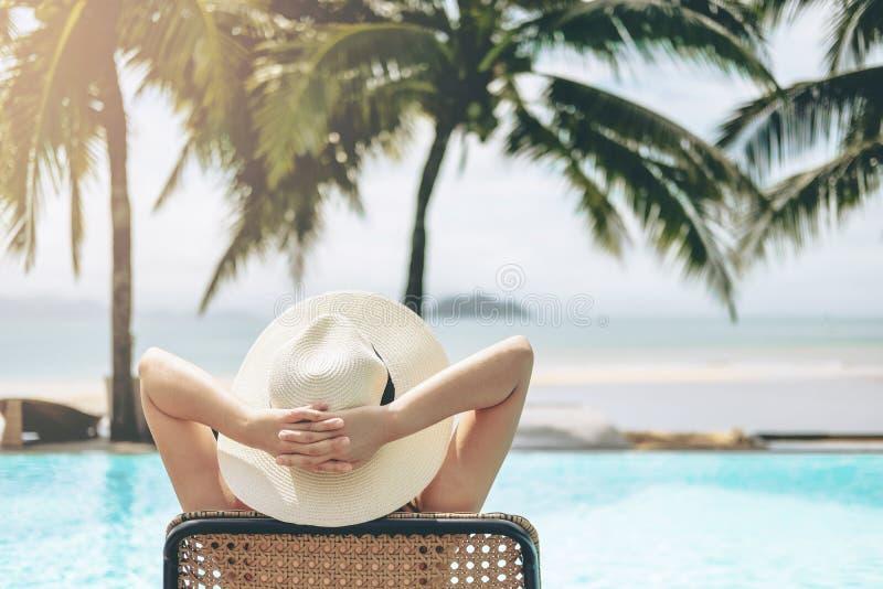 Relajación despreocupada de la mujer en concepto de las vacaciones de verano de la piscina fotos de archivo libres de regalías