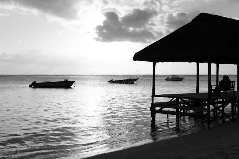 Relajación en el embarcadero en la playa imagen de archivo libre de regalías