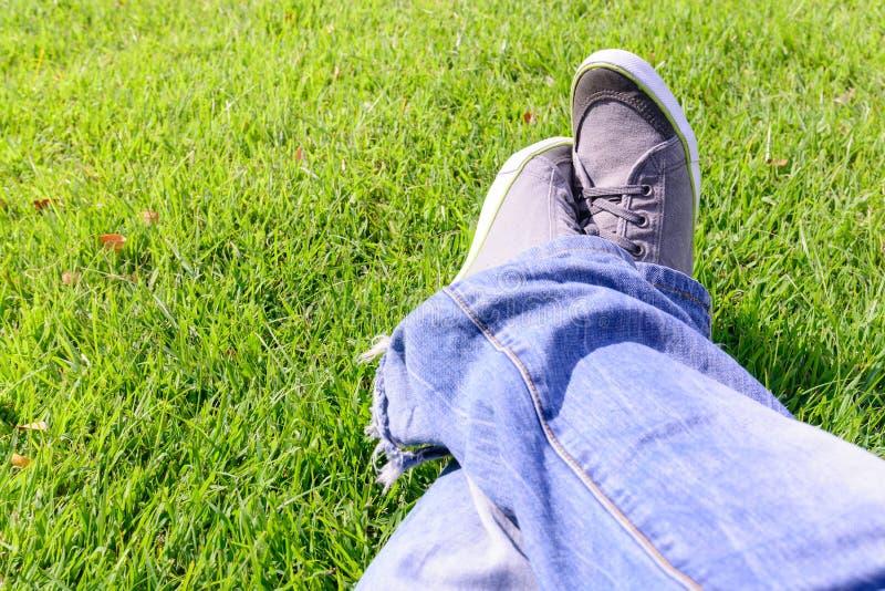 Relajación en hierba fotos de archivo