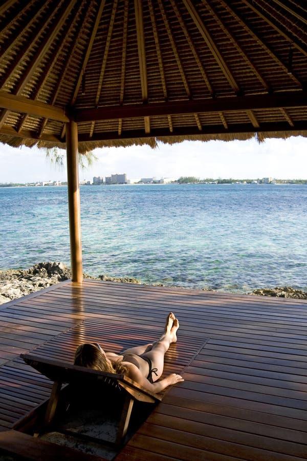 Download Relajación En Las Zonas Tropicales Foto de archivo - Imagen de partida, muchacha: 7279620