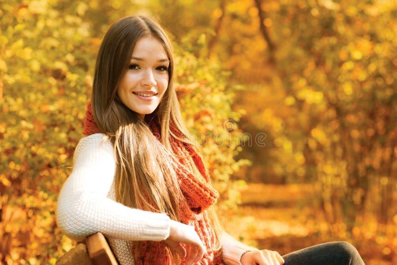 Relajación en parque del otoño imagen de archivo libre de regalías