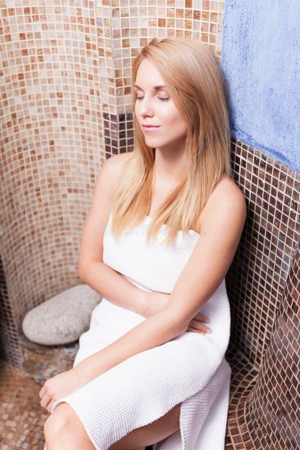Relajación en sauna foto de archivo libre de regalías