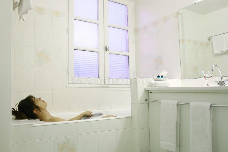 Relajación en un baño imagen de archivo libre de regalías