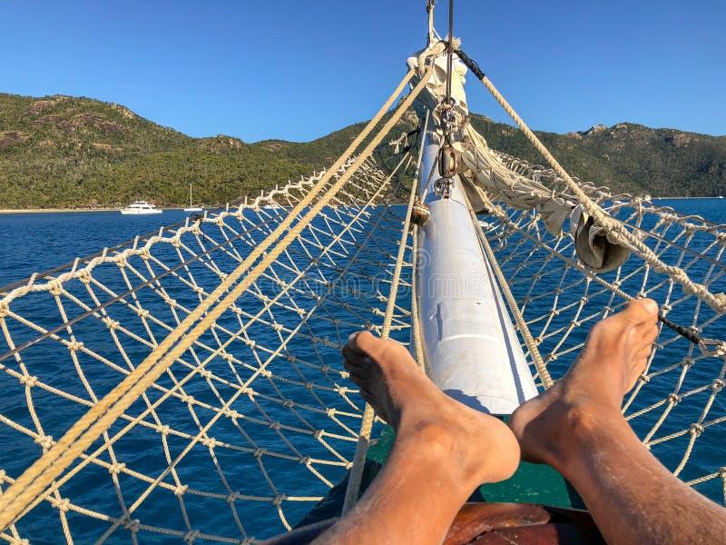 Relajación en un barco de cruceros hermoso Día de fiesta y concepto del viaje, imagen de archivo libre de regalías