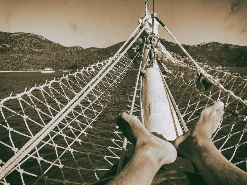 Relajación en un barco de cruceros hermoso Día de fiesta y concepto del viaje, foto de archivo