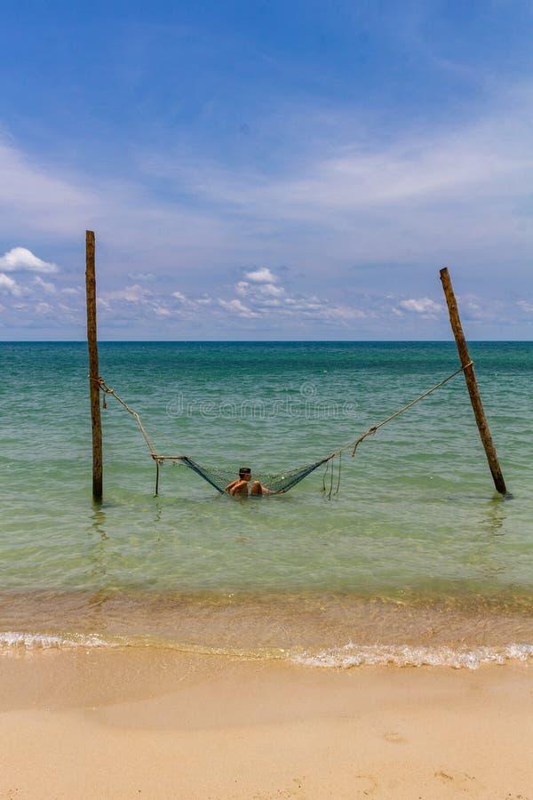 Relajación en una playa de Tailandia de la hamaca fotos de archivo libres de regalías