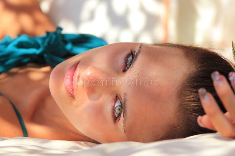 Relajación hermosa de la muchacha al aire libre foto de archivo