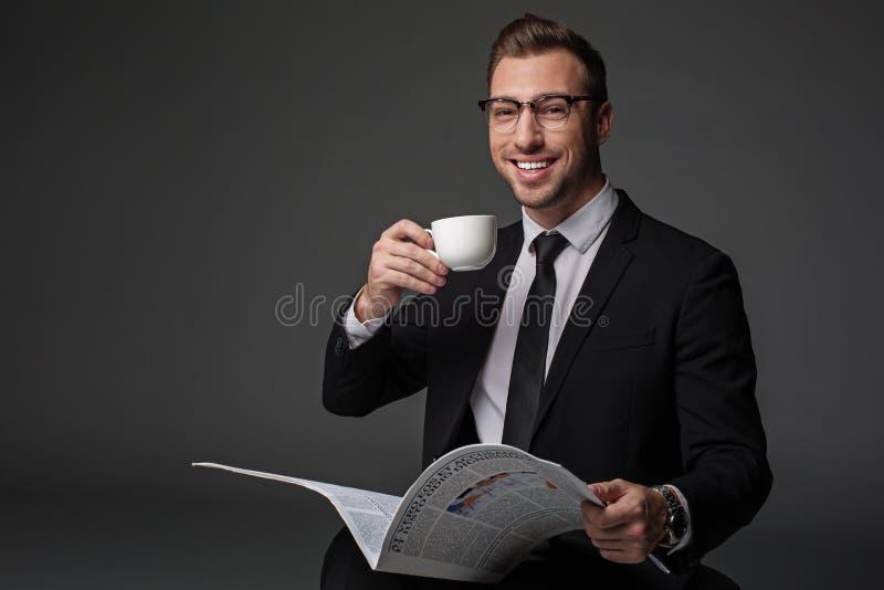 Relajación masculina alegre con la taza de té fotos de archivo