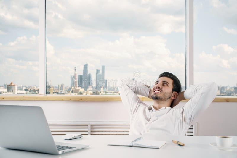 Relajación masculina caucásica en oficina foto de archivo libre de regalías