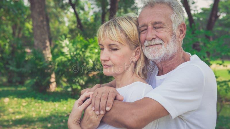 Relajación mayor romántica de los pares al aire libre foto de archivo