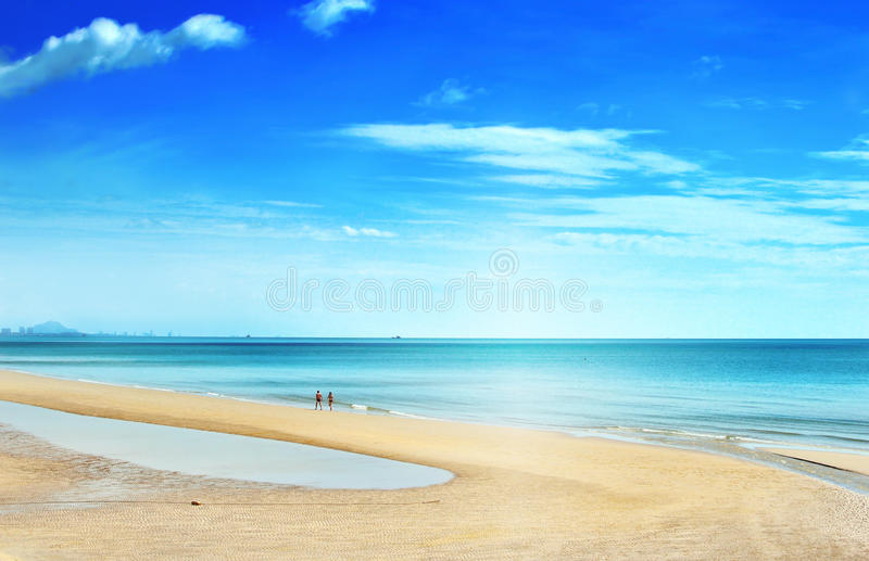 Relajación que camina de los pares en la playa Huahin fotografía de archivo