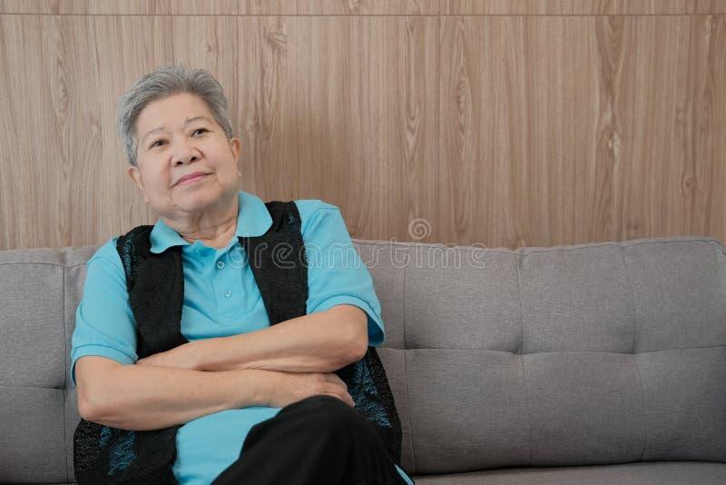relajación sonriente de la vieja mujer mayor en casa anciano feliz s mayor foto de archivo