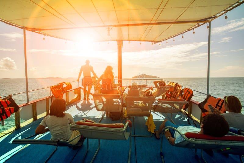 Relajación turística en el tejado de la nave que cruza y los cielos ligeros del sol a continuación fotografía de archivo