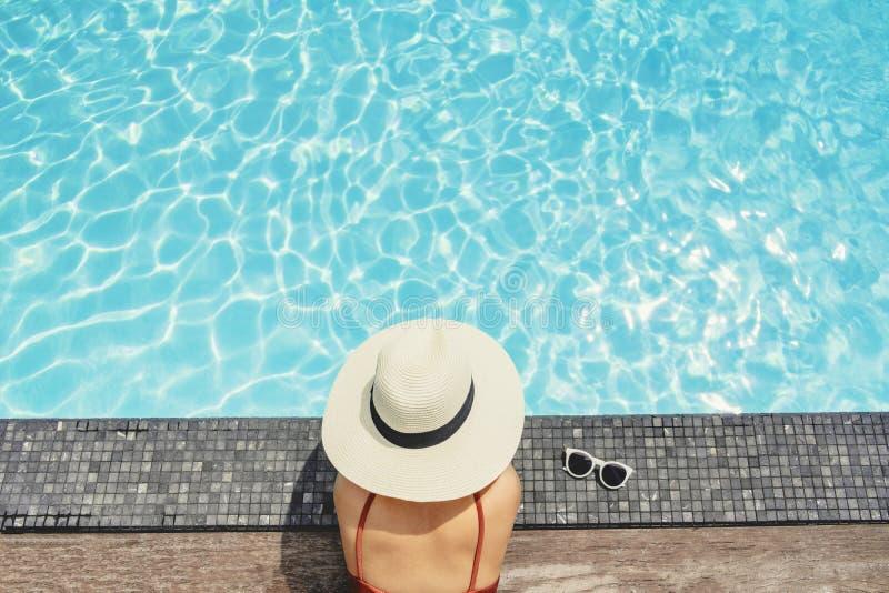 Relajaci?n despreocupada de la mujer en concepto de las vacaciones de verano de la piscina fotos de archivo
