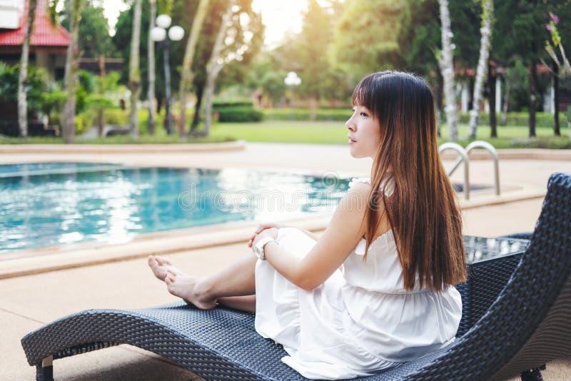 Relajaci?n despreocupada de la mujer en concepto de las vacaciones de verano de la piscina imágenes de archivo libres de regalías