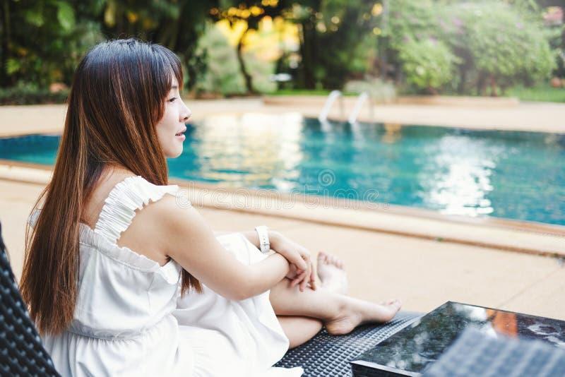 Relajaci?n despreocupada de la mujer en concepto de las vacaciones de verano de la piscina fotografía de archivo libre de regalías