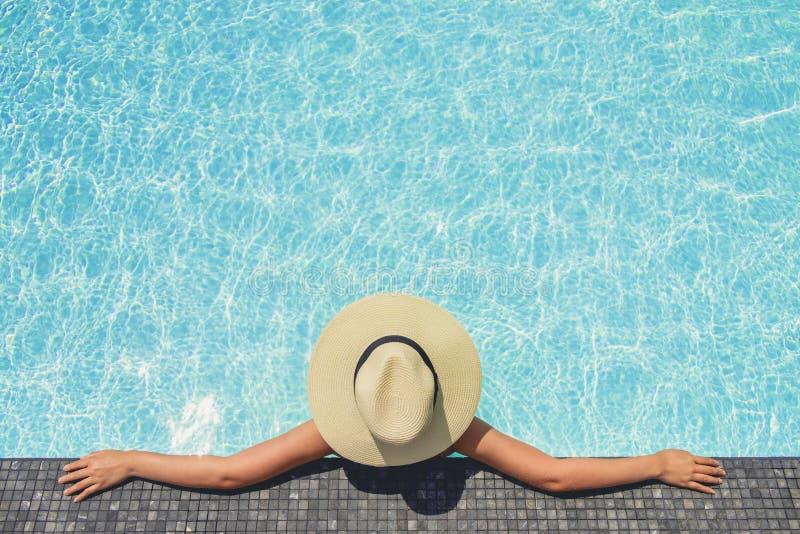 Relajaci?n despreocupada de la mujer en concepto de las vacaciones de verano de la piscina fotos de archivo libres de regalías