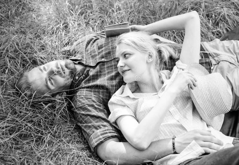 Relajado so?ador del individuo y de la muchacha disfruta de la naturaleza de la tranquilidad Pares en el amor que se relaja al ai imagen de archivo