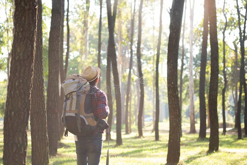 Relaje la aventura y la forma de vida que caminan concepto de la idea del viaje imagen de archivo libre de regalías