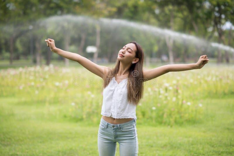 Relaje a la muchacha respiran el aire fresco en parque imágenes de archivo libres de regalías