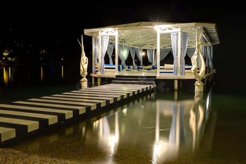 Relaks buduje blisko plaży w nocy iluminaci fotografia royalty free