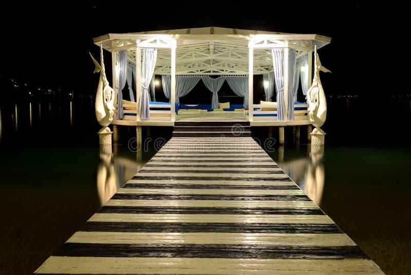 Relaks buduje blisko plaży w nocy iluminaci zdjęcie stock