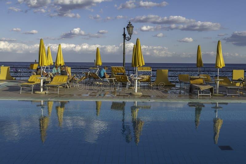 Relaksować jasnego wodnego basenu na oceanu przodzie Giardini Di Naxos w Sicily obraz royalty free