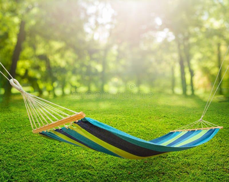 Relaksować na hamaku w ogródzie fotografia stock