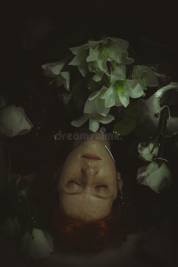 Relaksować, Nastoletni zanurzający w wodzie z białymi różami, romans scen zdjęcia stock