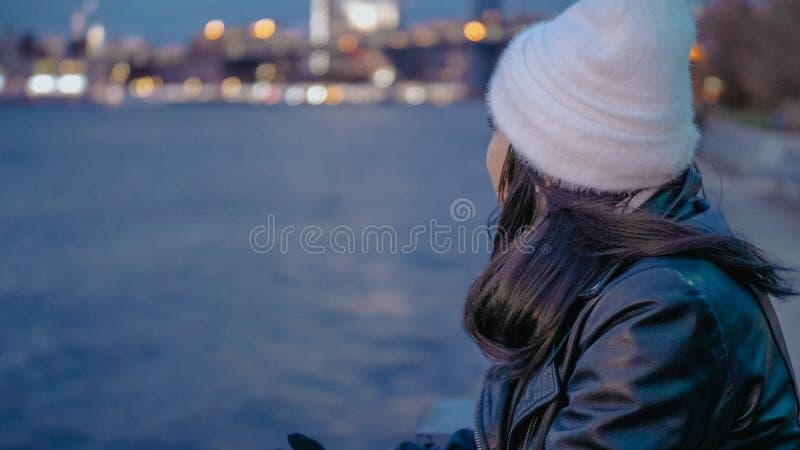 Relaksować przy hudsonem Nowy Jork z pięknym wieczór widokiem nad Manhattan miastem zaświeca zdjęcie stock