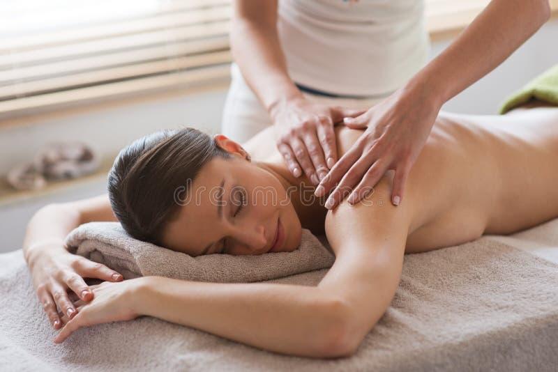 Relaksować z powrotem masaż przy zdrojem fotografia stock