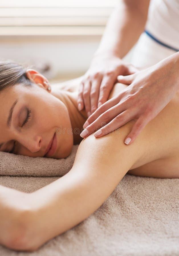 Relaksować z powrotem masaż przy zdrojem obrazy royalty free