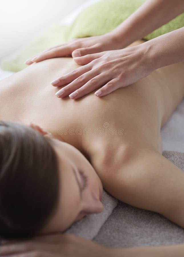 Relaksować z powrotem masaż przy zdrojem zdjęcia royalty free