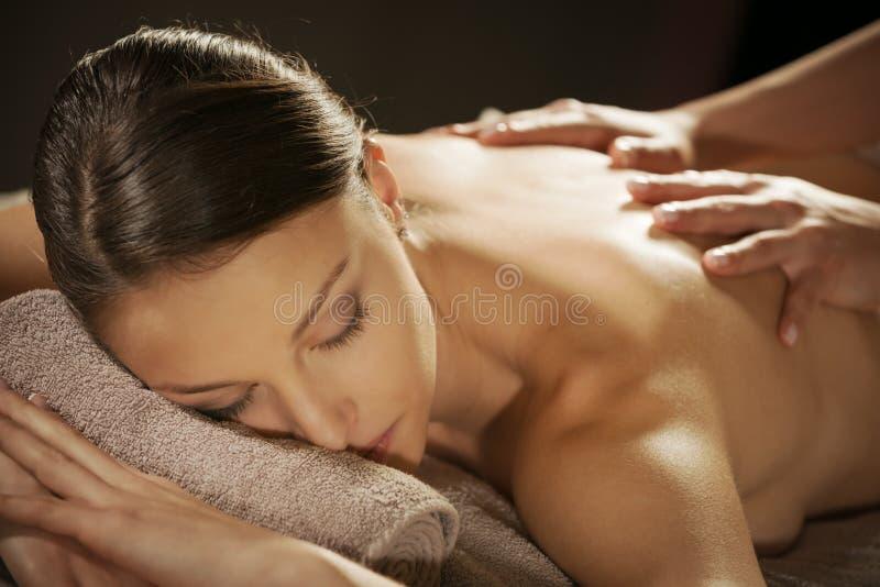 Relaksować z powrotem masaż przy zdrojem obraz stock