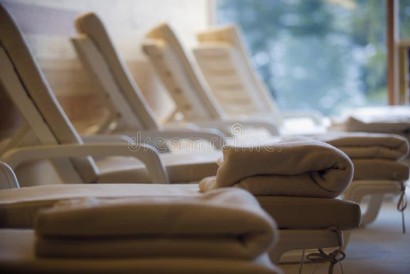 Relaksu pokój z deckchairs w rzędzie zdjęcia royalty free