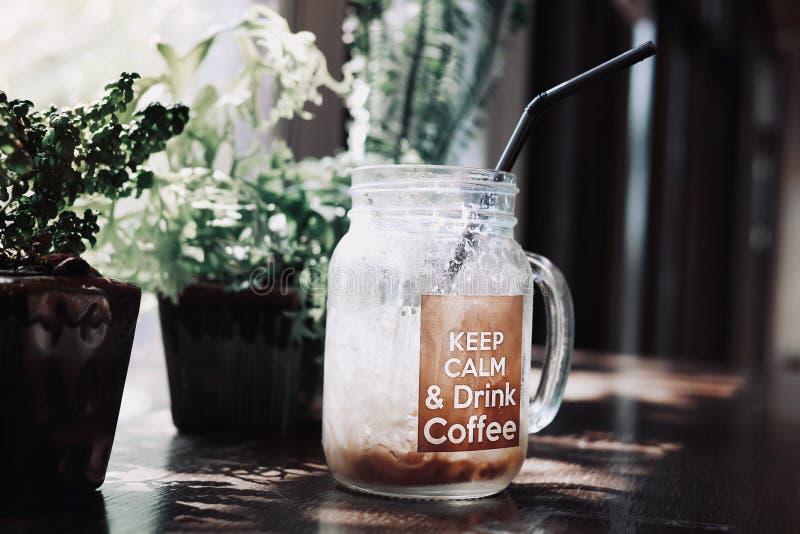 Relaksująca atmosfera w sklep z kawą, szkło lukrowa zimna kawa zdjęcia stock