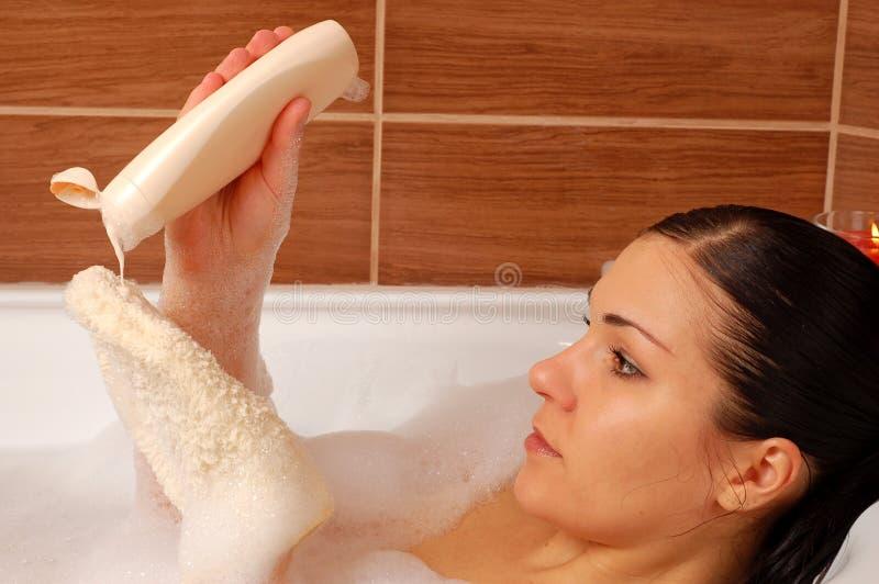 relaksująca kobieta w wannie zdjęcia royalty free