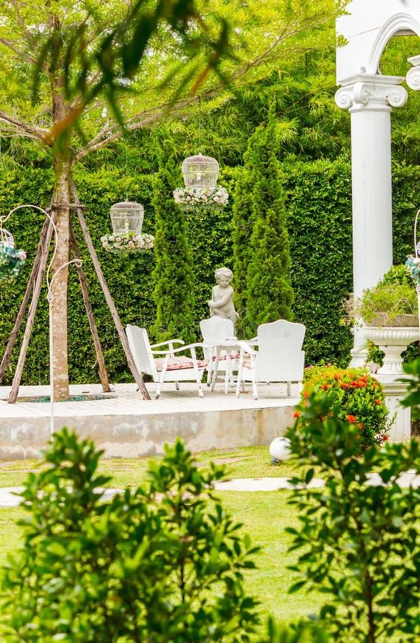 Relaksująca przestrzeń w wygodnym ogródzie fotografia royalty free