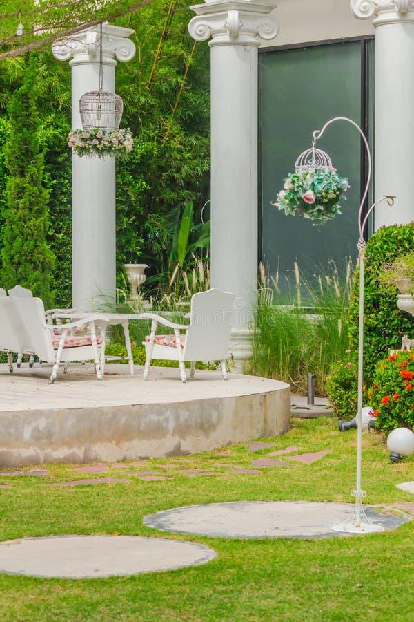 Relaksująca przestrzeń w wygodnym ogródzie zdjęcia stock