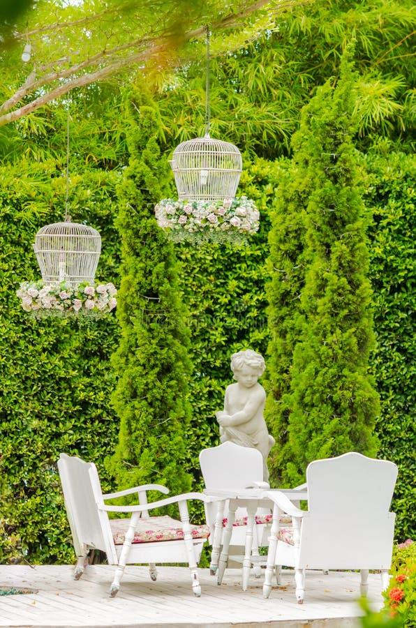 Relaksująca przestrzeń w wygodnym ogródzie obraz stock