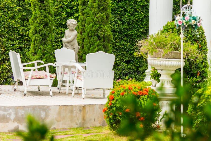 Relaksująca przestrzeń w wygodnym ogródzie zdjęcie stock