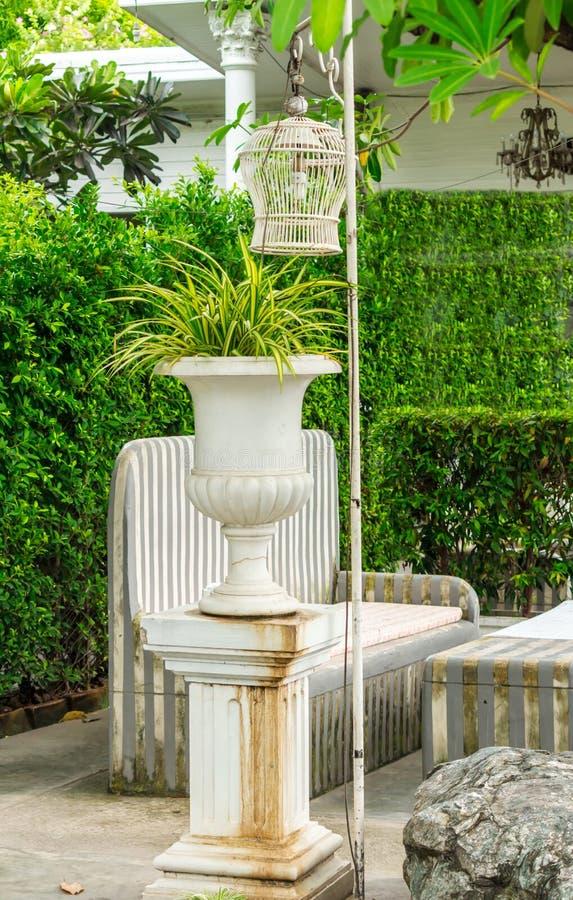 Relaksująca przestrzeń w wygodnym ogródzie obrazy royalty free