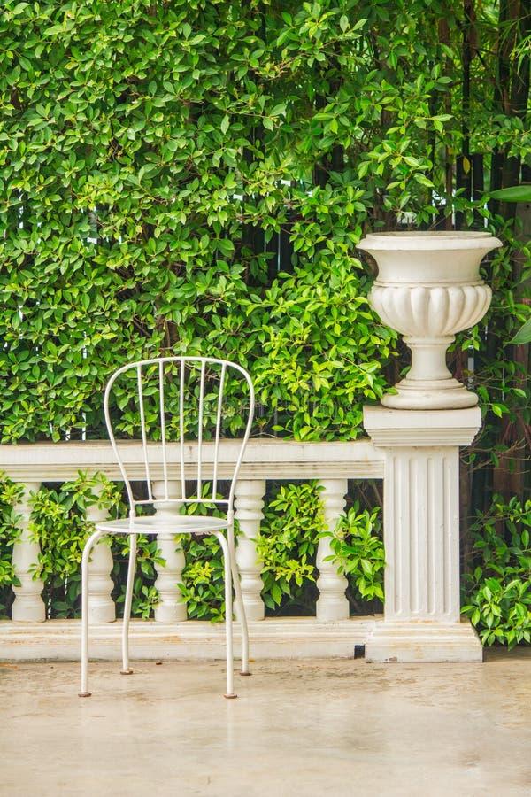 Relaksująca przestrzeń w wygodnym ogródzie zdjęcie royalty free