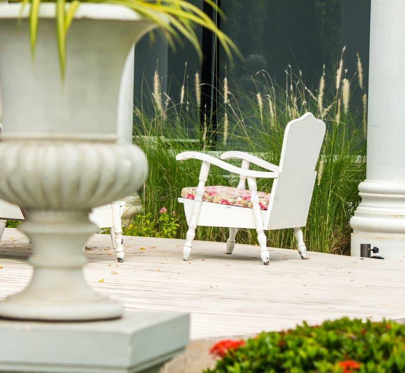 Relaksująca przestrzeń w wygodnym ogródzie zdjęcia royalty free