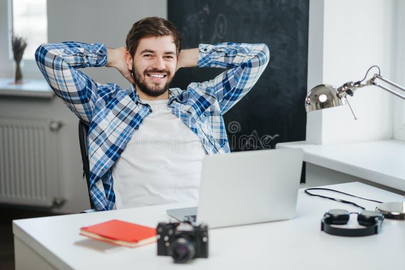 relaksujący komputerowy biznesmena laptop obrazy royalty free