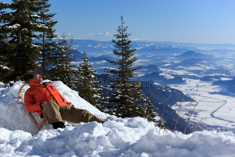 Download Relaksujący Mężczyzna śnieg Zdjęcie Stock - Obraz złożonej z relaksuje, słońce: 13342780