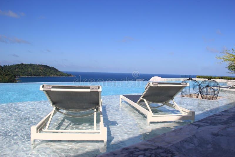 Relaksujący Pływacki basen z Wspaniałą scenerią morze obraz stock