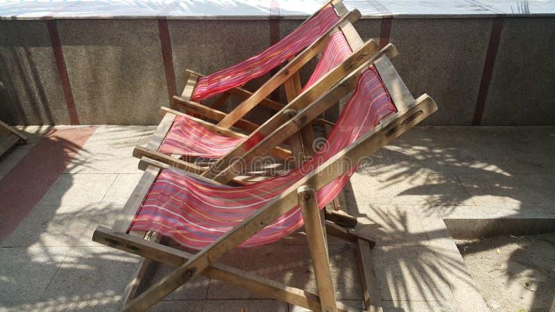 Relaksujący siedzenie przy plażą fotografia stock